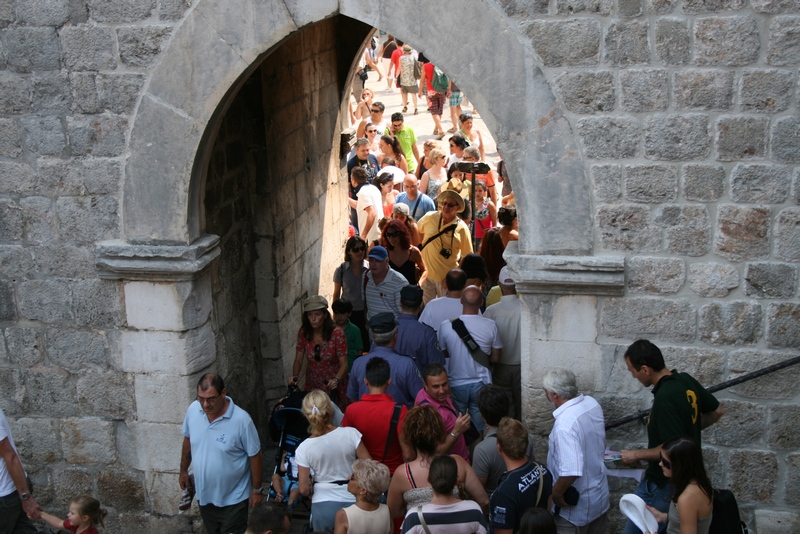 Dubrovnik street crowd blogger Chasing the Donkey tips tricks walk wall old town
