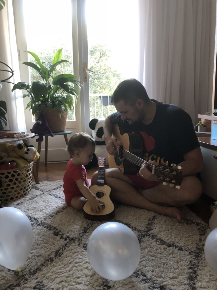 tata i dijete sviraju gitaru