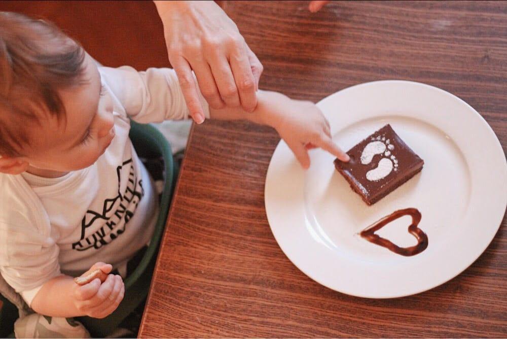 dijete jede kolac